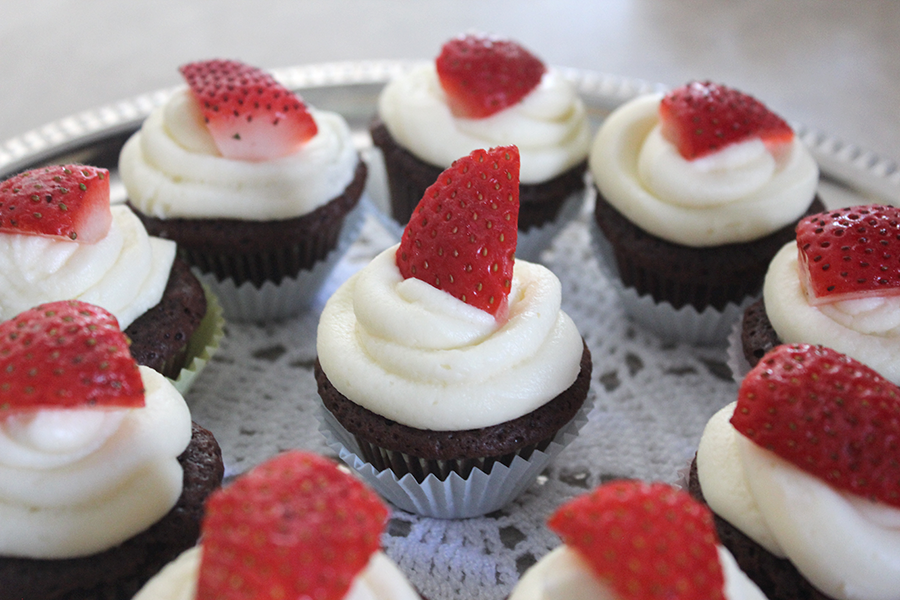 chocolate mini cupcakes with cream cheese frosting