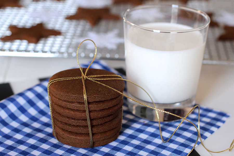 Quick and easy gingerbread cookies and milk without eggs.