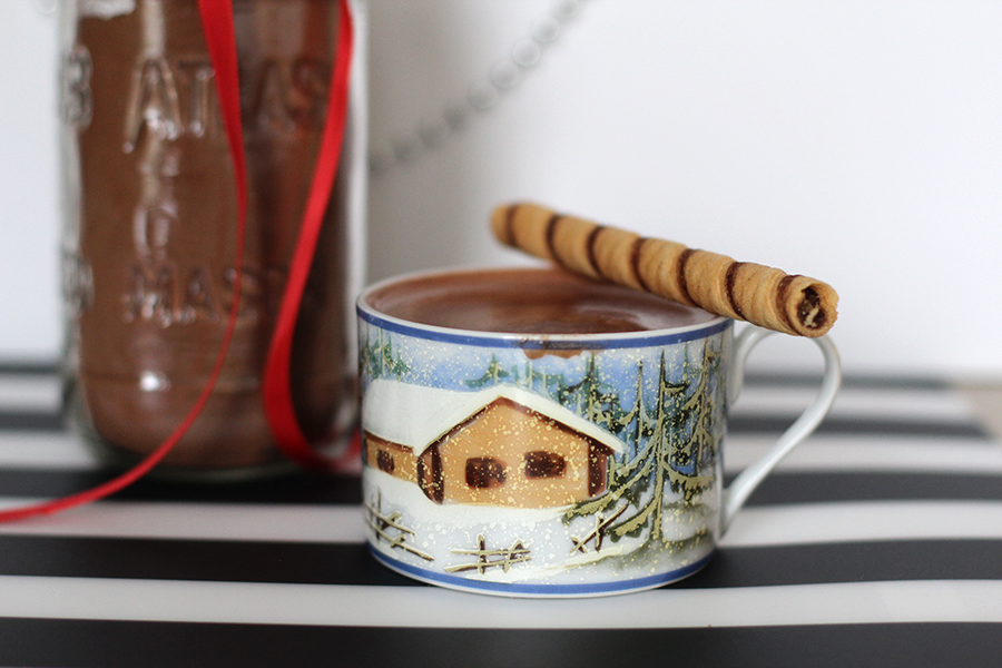 Homemade hot chocolate. Delicious, easy and quick! Only 5 minutes.