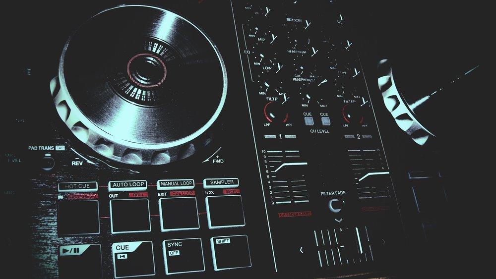 Dopo la mezzanotte.. - Musica con DJ e 'Open Bar' guidato dai bartender del nostro Lounge