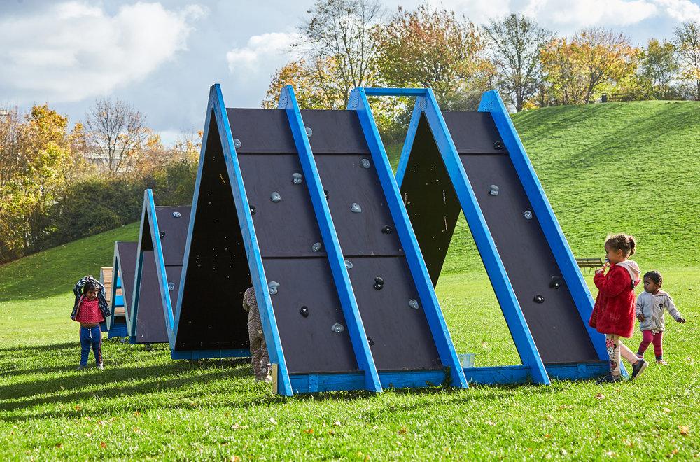 Invielse af Zigzagbroen. Kunstner karoline H. Larsen i Værebro Park. Kunstprojekter i Værebro Park i samarbejde med Statens Kunstfond.