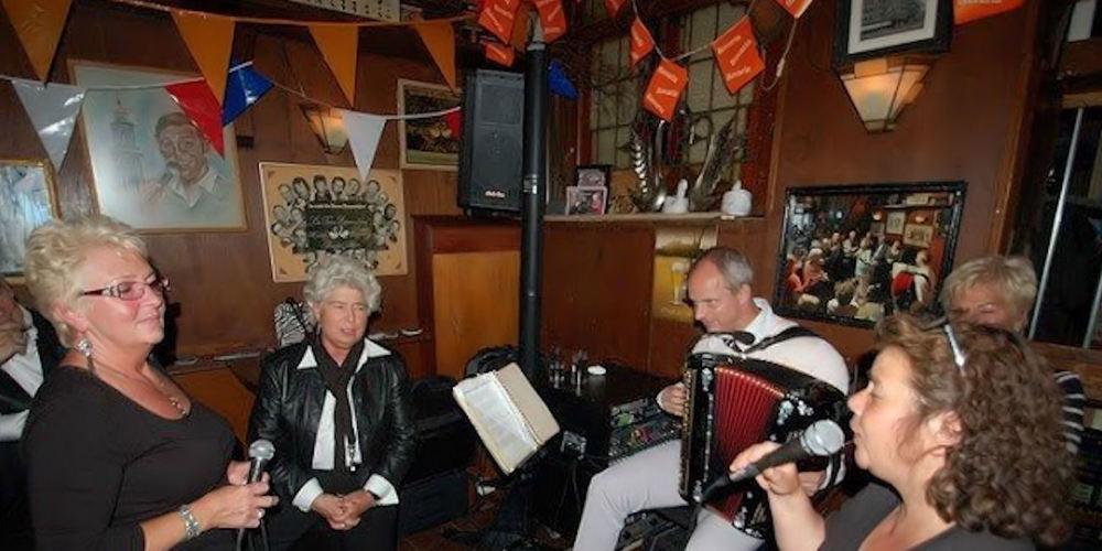 Best Pubs Amsterdam ~ De Twee Zwaantjes / Photo: Berry Grondhuis cafedetweezwaantjes.nl