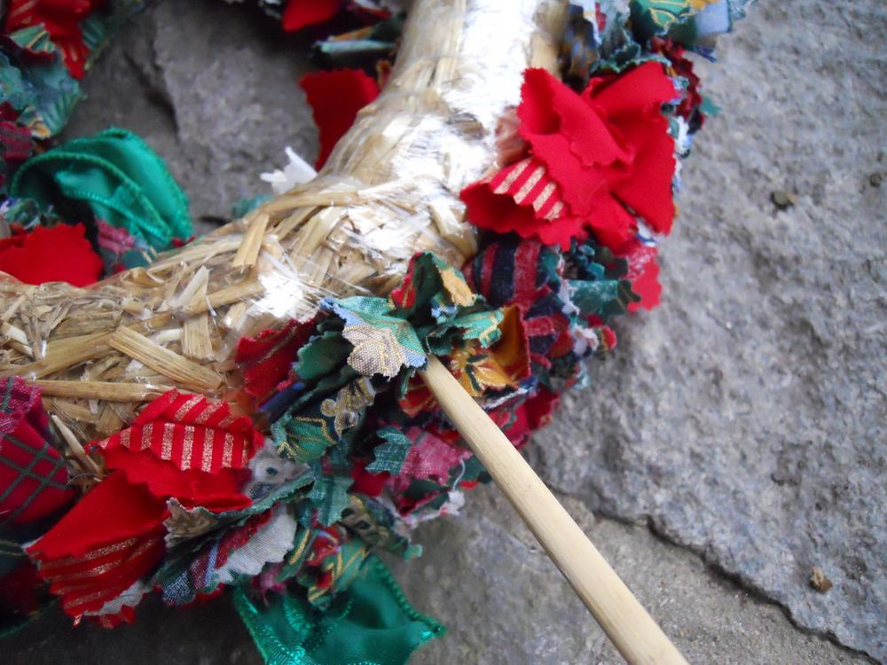 Bamboo sticks make a safe tool for little hands to help making the wreath.