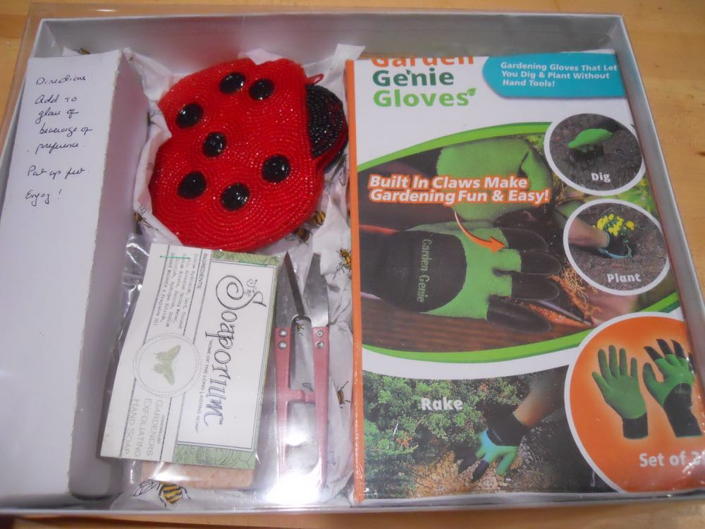 Here's the personalized gardener gift set right before I added the ribbon and sticker.