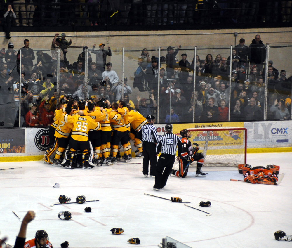 The Huskies celebrate a 2OT win over Bowling Green to win the Broadmoor Trophy (Photo credit: Bob Gilreath).