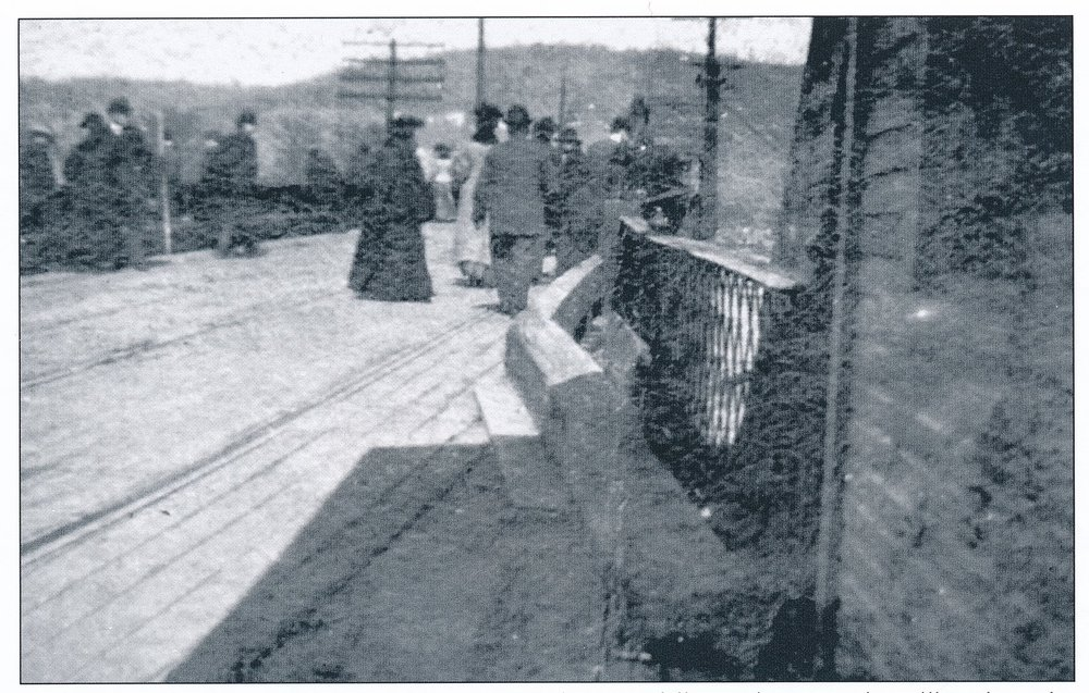 1907 Cory-Neville Bridge Tollbooth (looking at flood).jpg