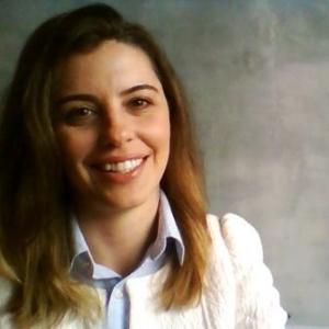 Juliana Costa tem 14 anos de experiência em Marketing, Eventos e Comunicação, com atuação em agências de publicidade em Londres e no Brasil. Foi gerente de projetos durante os Jogos Olímpicos Rio 2016 e Copa do Mundo de 2014. Além disso, trabalhou 5 anos como consultora em Recursos Humanos. Ela é formada em Publicidade e Propaganda na ESPM, com pós-graduação em Gestão de Projetos (FGV) e Economia Financeira (UNICAMP).