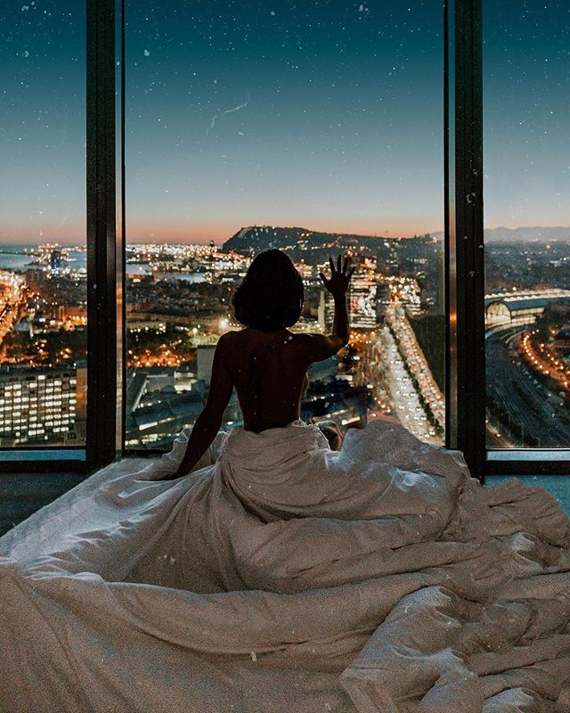 Closed in a room, my imagination becomes the universe, and the rest of the world is missing out ✨🌃 #barcelona #citylights #mondaymotivation #grateful
