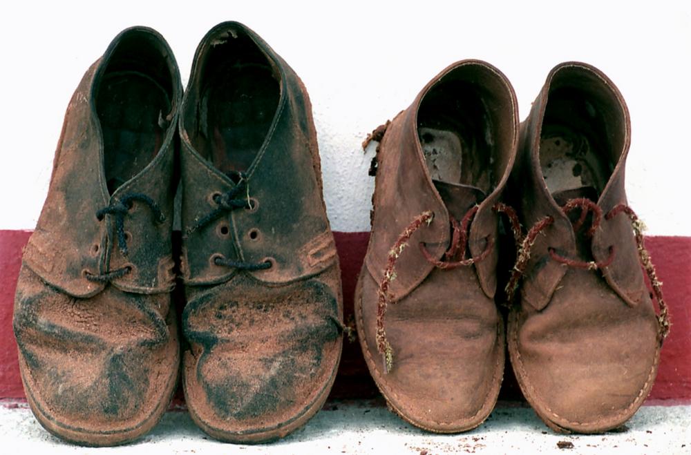 Imagen de dos pares de botas desvencijadas  / FLICKR