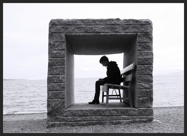 La imagen muestra una situación en la que un individuo no consigue ver más allá de un muro que se ha levantado como consecuencia de los problemas mentales  / FLICKR