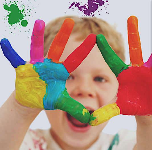 Una imagen artística de dos manos pintadas que simbolizan la educación. FLICKR