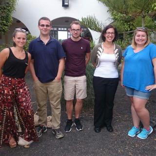 Una fotografía donde aparece Katy Baines (a la derecha) junto a algunos de sus estudiantes.  BARBARA MULLER / KATY BAINES