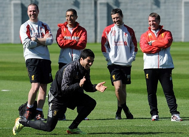 Suarez laughing in training.JPG