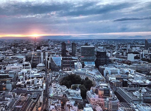 Winter is coming ❄️ If I had a penny every time I complained about how cold it is today 🤦🏻‍♀️ #london #sunset #visitlondon #birdseyeview #sky #clouds #sunsetporn