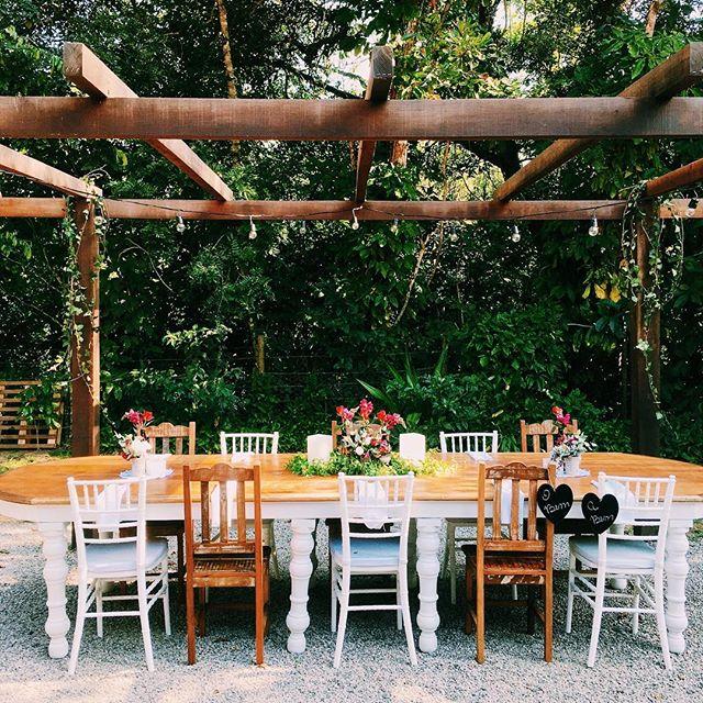 Destaque para a mesa da família do lado de fora! #nossoceleiro #destinationwedding #casamentonocampo #casamentodedia