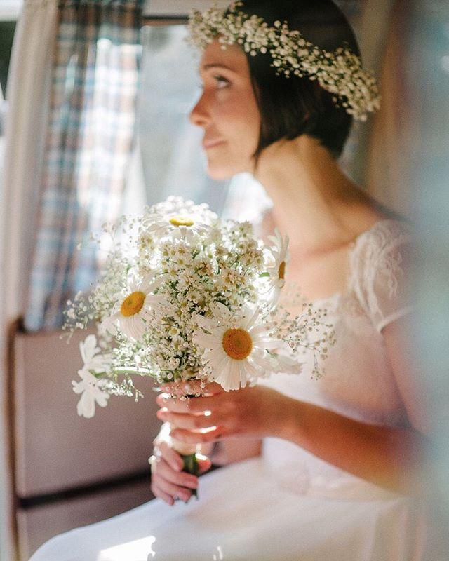 A ansiedade, vendo o noivo pela janelinha da Kombi!!! Foi demais !! 📷@the_kreulichs