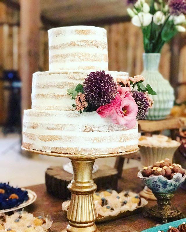 Um bolo lindo para inspirar o dia!❤️ #casamentodedia #casamentonocampo #casamentorj #casamentonossoceleiro