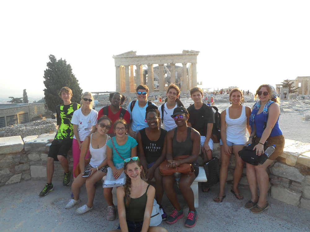 ....Students at the Acropolis in Athens 2015.. Elèves devant l'Acropole à Ath  ènes....