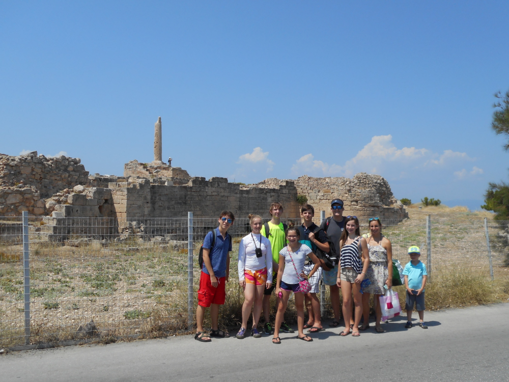 ....Student group at the remains of Apollo's Temple..E lèves  en face du temple d'Apollo....
