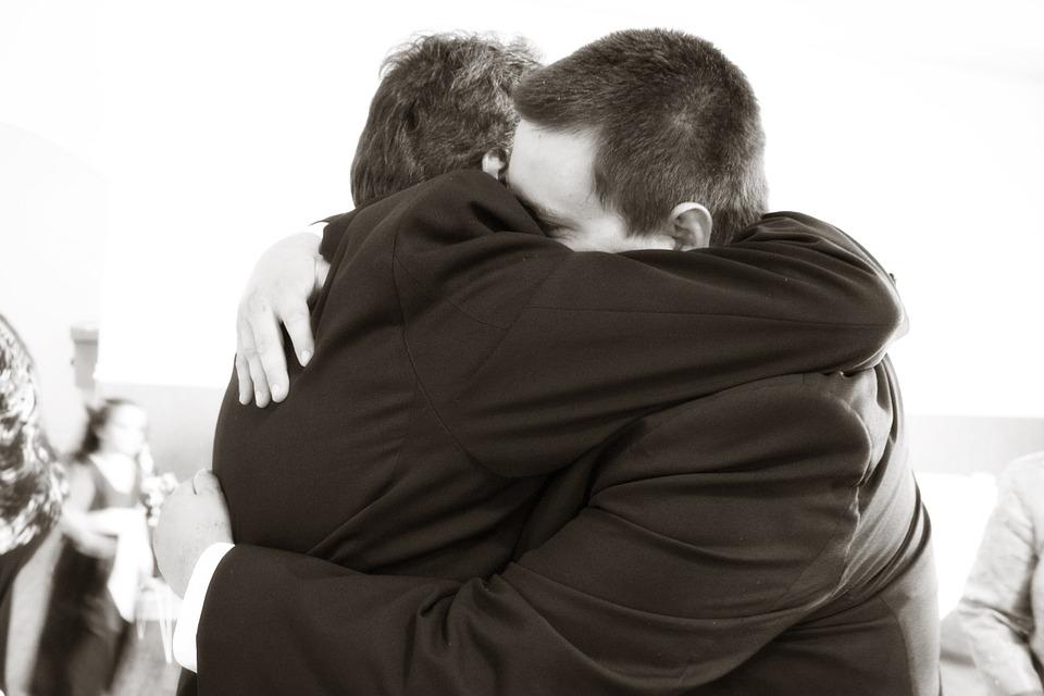hugging-571076_960_720.jpg