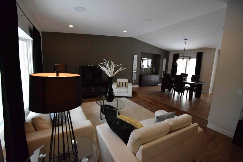 TODD LEWYS / WINNIPEG FREE PRESS/Situated beneath a vaulted ceiling, the sunken living room is ideal for entertaining.