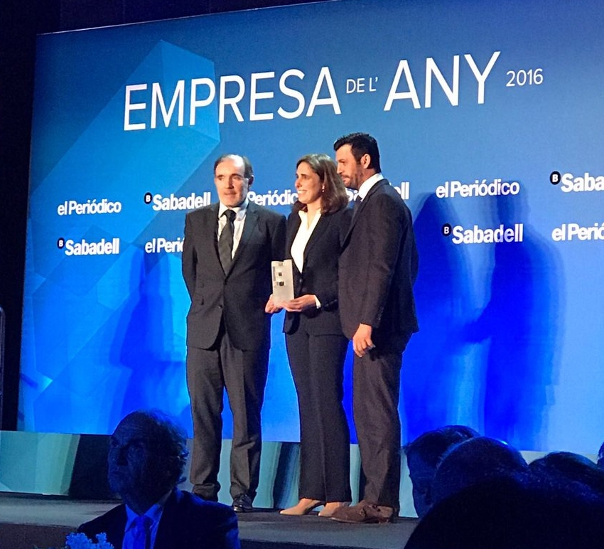 Our CSO, Ruth M. Risueño, receives the prize from Conrado Carnal (Director Grupo Zeta) and Antonio Renom (CEO of Levante Capital).