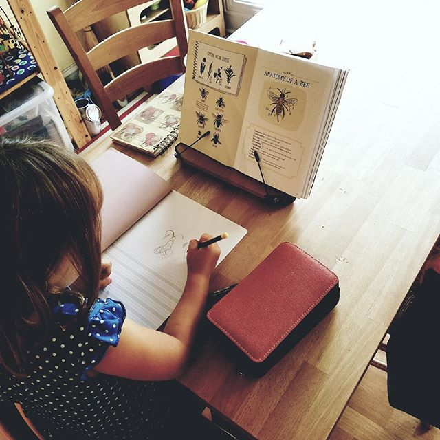 Our notesbooks travelled to Chicago!  This cute little girl is investigating her most passionate subject : bees 🐝 Thank you Vanessa for the glimps 😃 We love to see happy Kids with our notebooks! #cahiershmoment # cahiershtravel #lovebees
