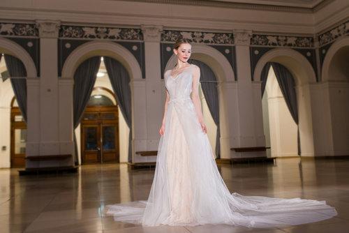 Haute Couture Hochzeitskleid Klara mit viel Tüll und tiefem ...