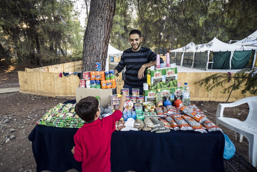 Ahmed with a young customer at Supermarket Abuhamse. Photo: Tommy Chavannes/Lighthouse Relief