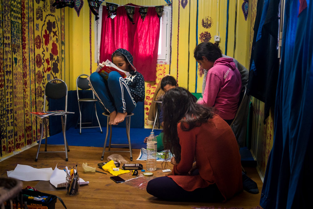 It may be cold outside, but in the Katsikas Hammam, volunteers and residents share some warmth over handicrafts. Photo: Tommy Chavannes, Lighthouse Relief.
