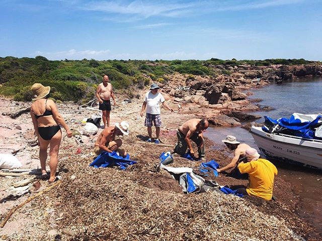 Eco warriors in action, extracting some dinghies from Palios. 💪 #lesvos #volunteering #eco #beachcleaning