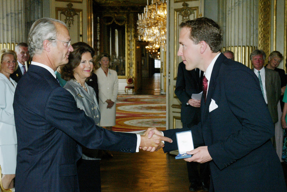 Mattias Klum receives a medal from H.M. King Carl XVI Gustaf.