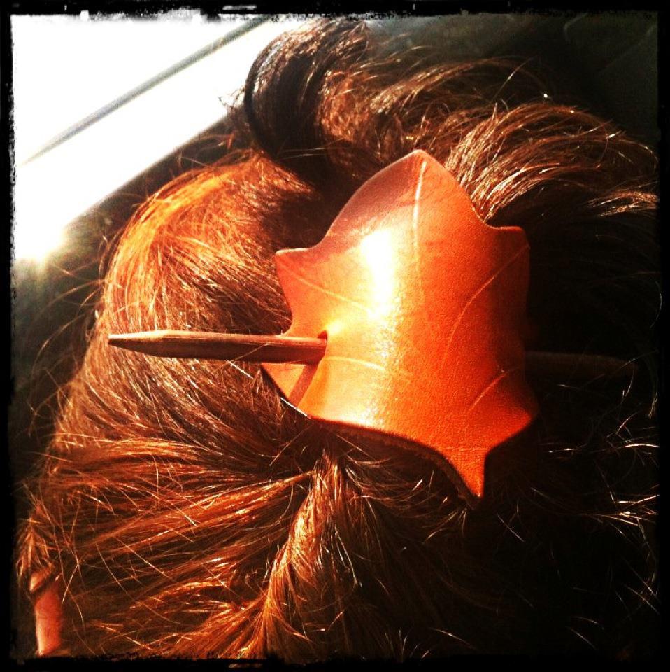 foglie tra i capelli