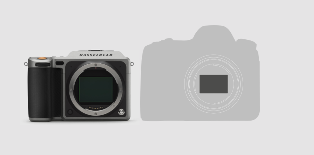 At 725g (camera with battery), the X1D is about 100g more than a Sony a7r II, yet crams in a much larger sensor.