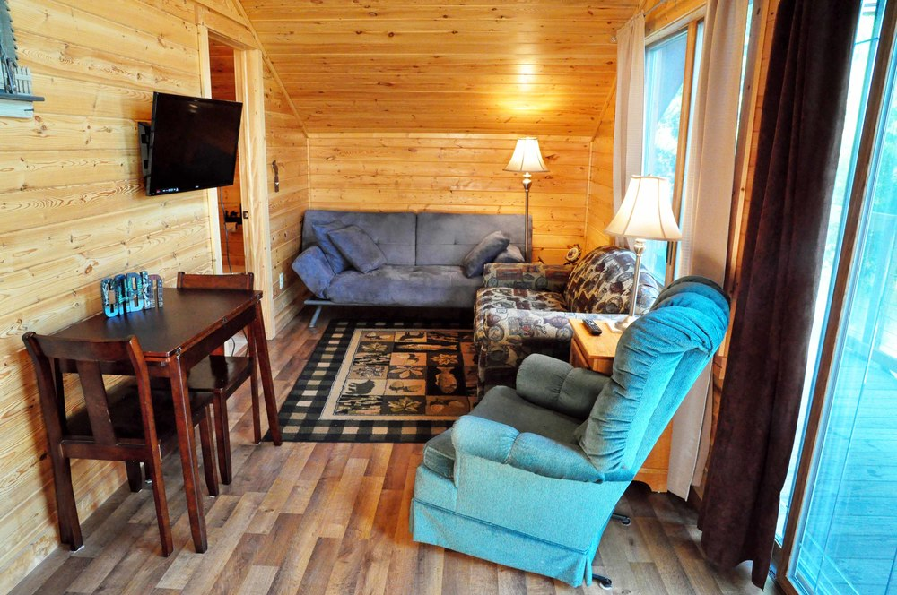 Cabin 17 Frontroom small.jpg