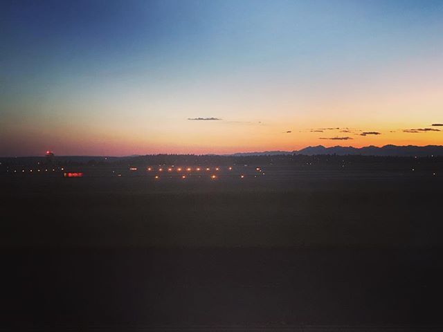 There's no place like home. There's no place like home. . . . . #home #seattle #homesweethome #seattlesummer #seattlesunset #sunset #airport #sun #sunshine #beautiful #pretty #relaxing