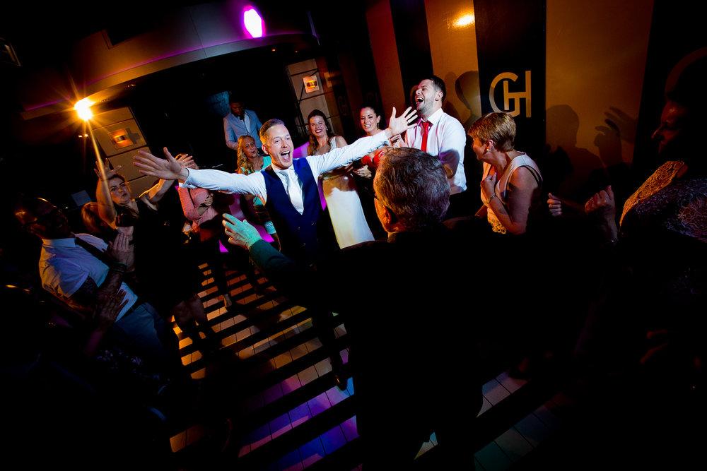 De bruidegom had het duidelijk naar zijn zin op de dansvloer.