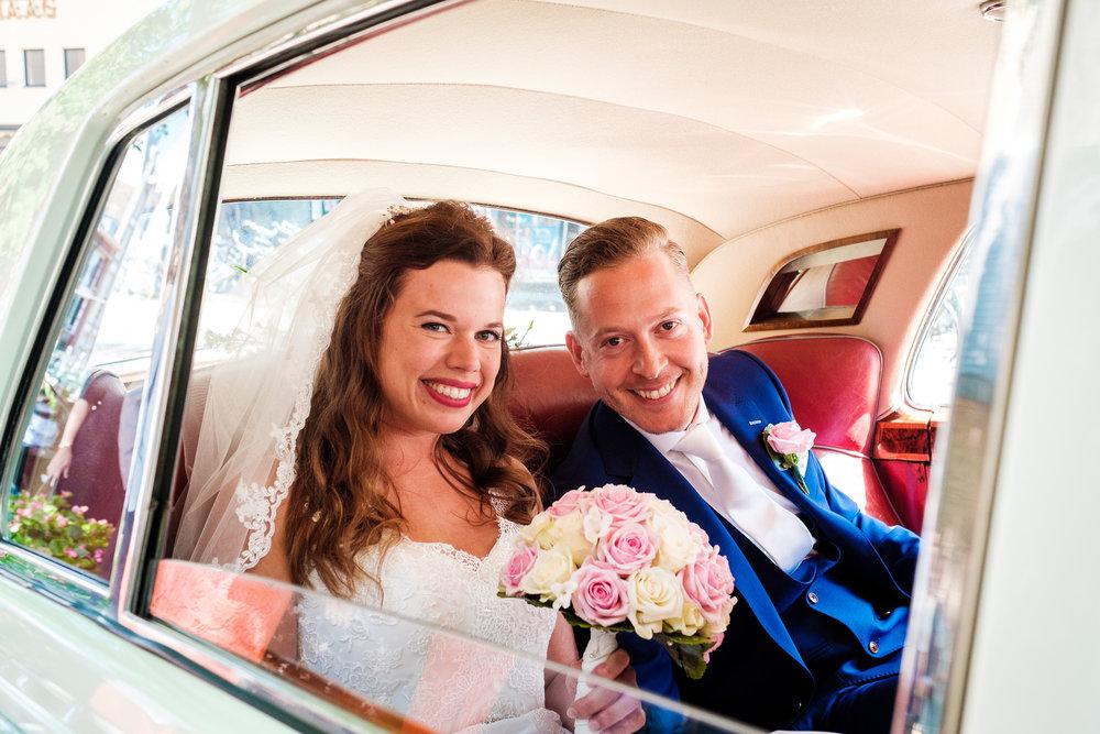 Het bruidspaar kwam aan in een Rolls Royce. Passend!