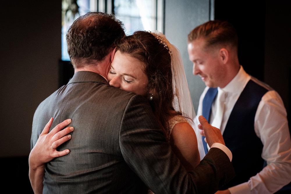 Een vaderlijke knuffel... Blij om als journalistieke fotograaf deze momenten te mogen vangen!