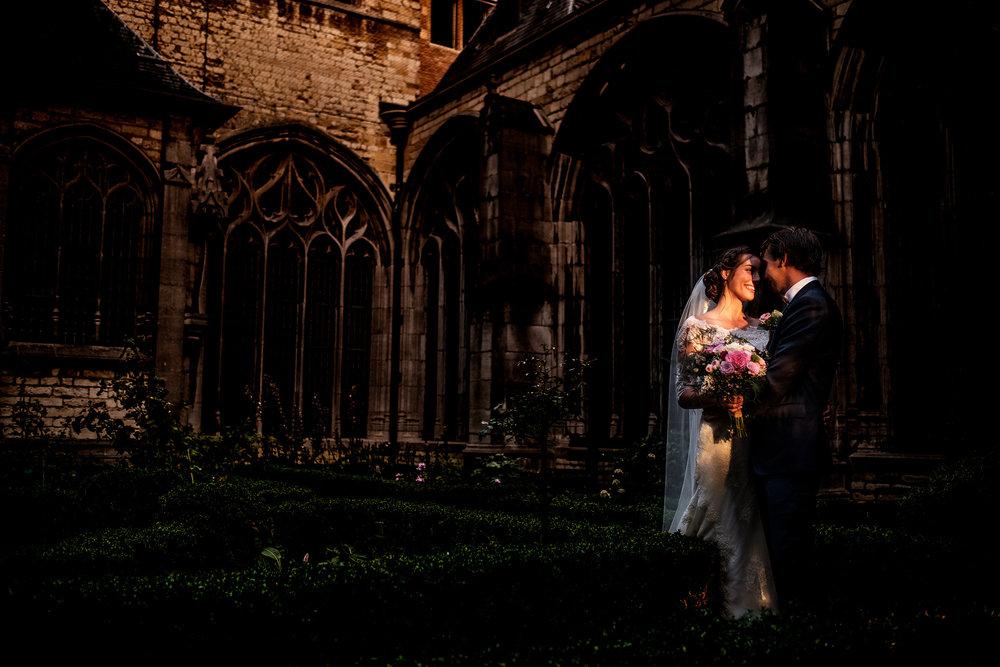 Ochtendlicht op het bruidspaar in de Abdij van Middelburg