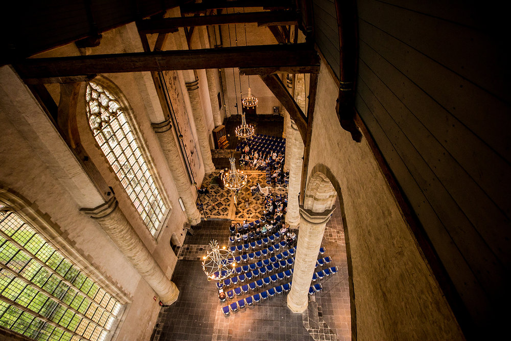 Lekker hoog boven het bruidspaar in de kerk in Middelburg!