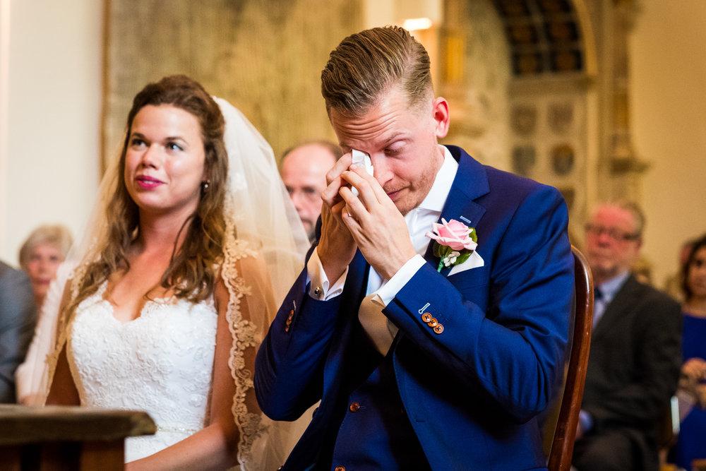 Emotie bij de bruidegom tijden de ceremonie
