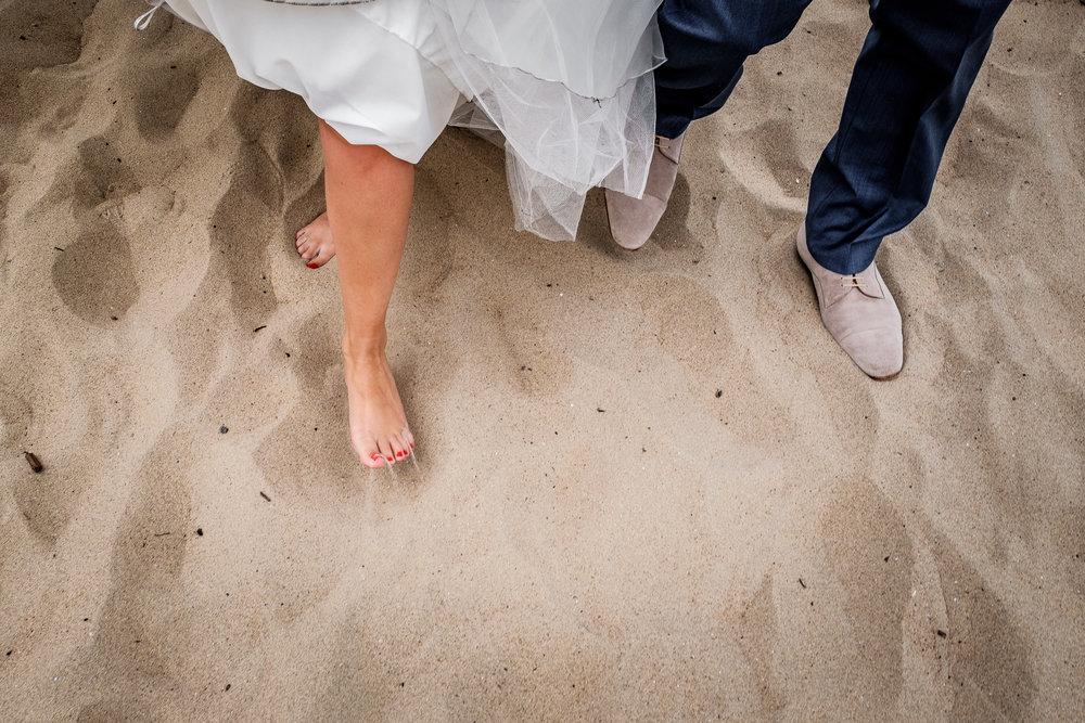 Even lekker uitwaaien met de trouwjurk op het strand van Renesse