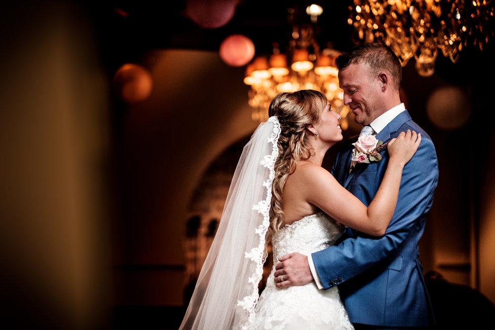 Het bruidspaar geniet even van elkaar op een rustig moment in Slot Moermond