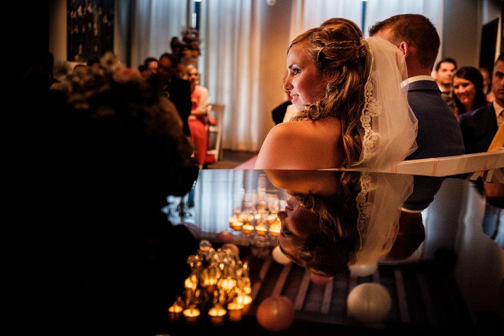 Bruid geniet zichtbaar van de ceremonie in Slot Moermond