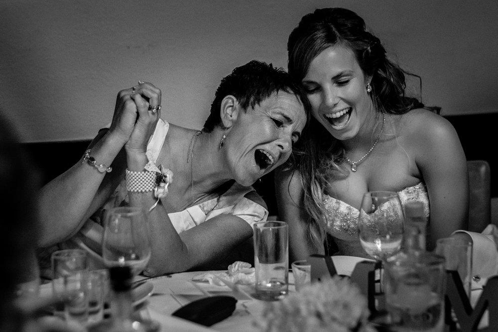 De bruid zingt samen met haar moeder de longen uit haar lijf!