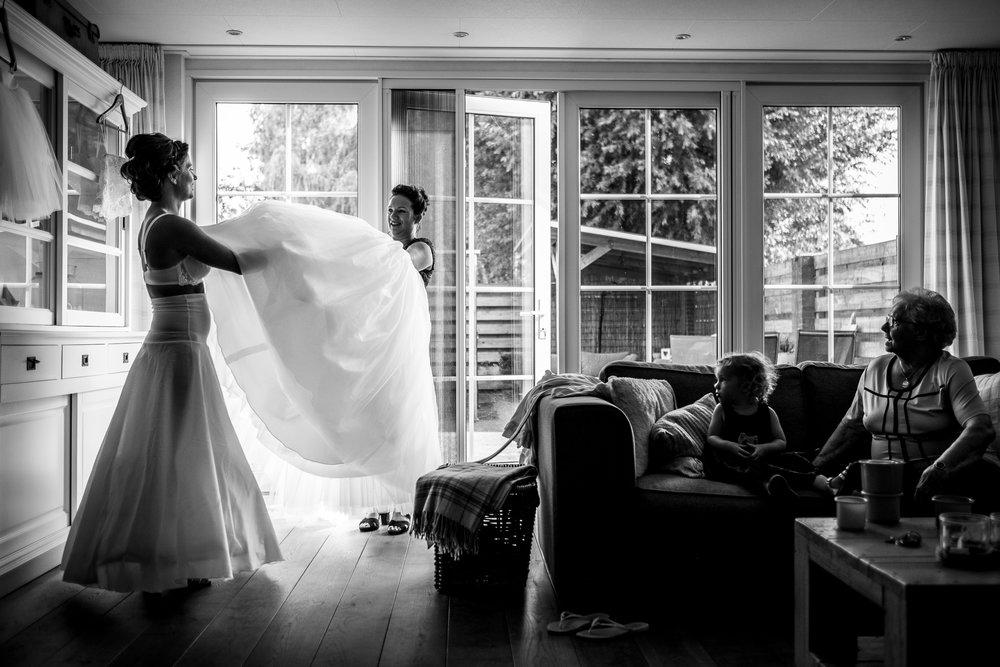 Journalistieke bruidsfotografie voorbereiding aankleden Bergen op Zoom