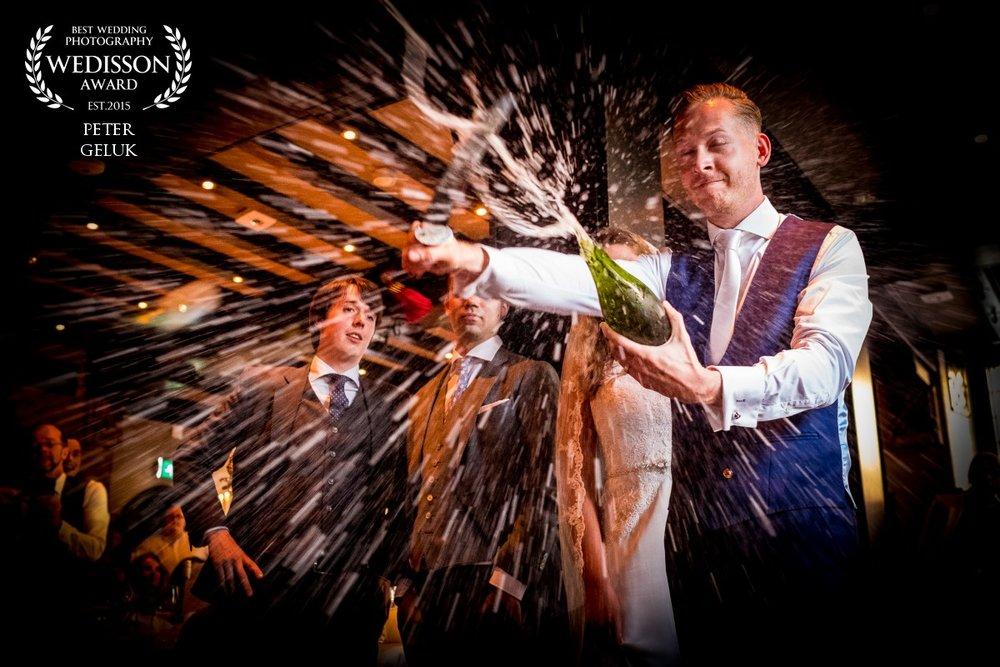 Trouwfoto Peter Geluk bruidsfotografie sabreren champagne door bruidegom