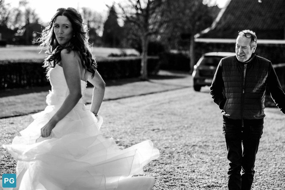Rennende bruid trouwschuur Heinkenszand