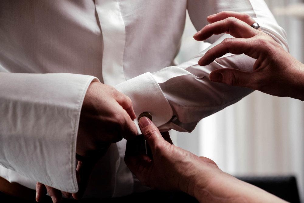 peter geluk bruidsfotografie trouwfoto voorbereiding bruidegom manchetknopen